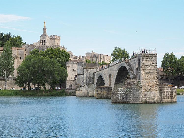 Chiec-cau-co-Avignon