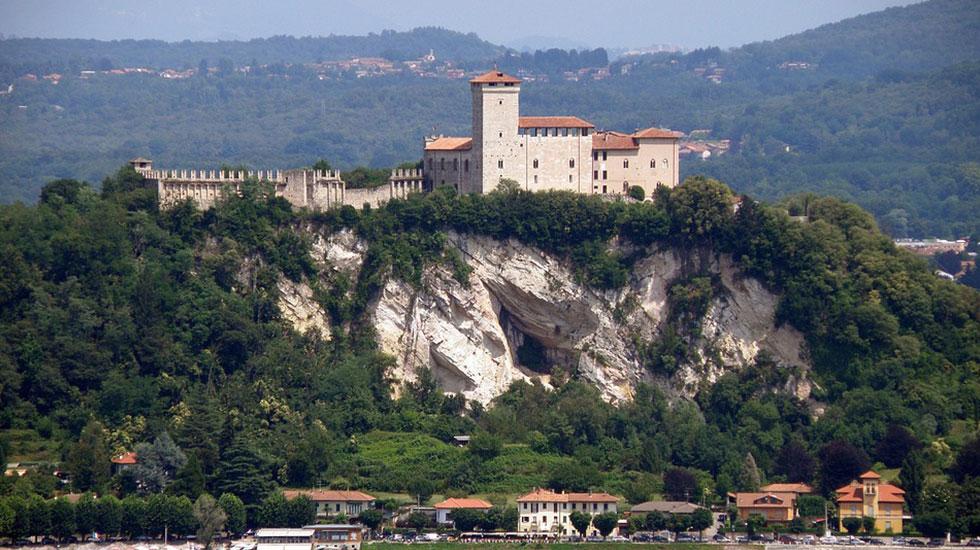 Borromeo castle- Tour Du Lịch Ý
