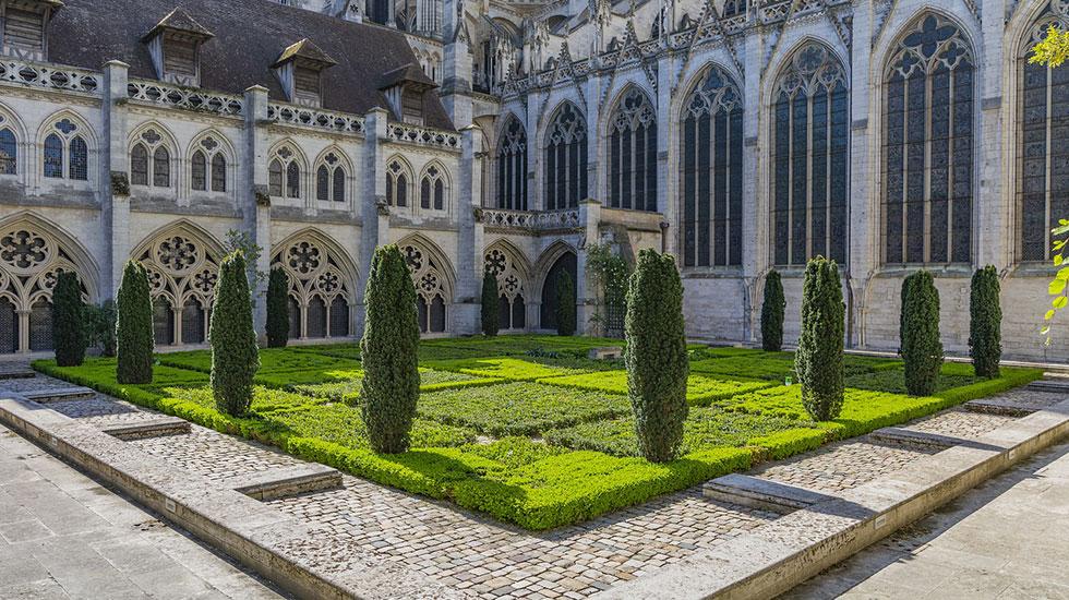 Rouen-nhà-thờ-cổ-kính - Tour Du Lịch Pháp